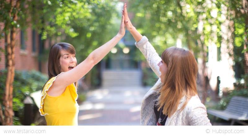 Studenten begrüßen sich zum Semesterstart